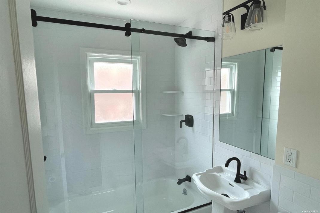 First floor full bath detail