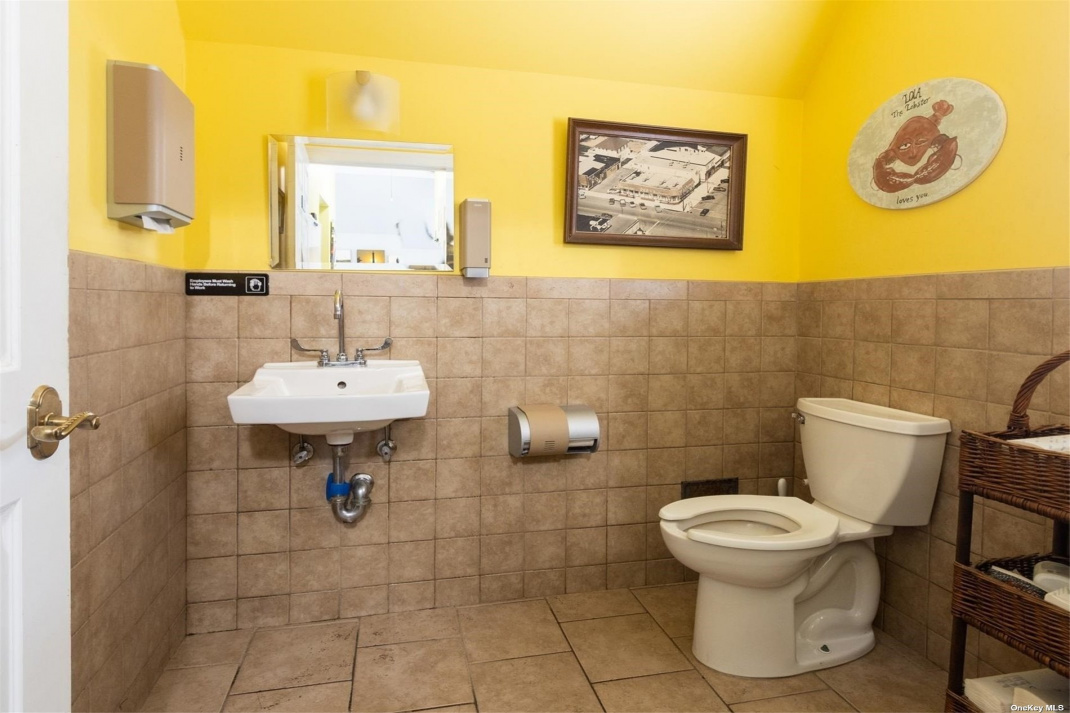 Handicap accessible rest room