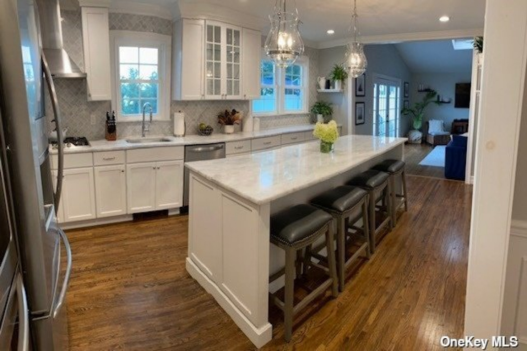 kitchen showing bar stool dining in center island